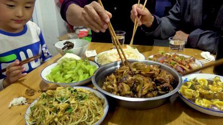 柴火鸡配回锅肉,大sao弄一桌美食招待岳父,两人拼酒,喝过瘾了