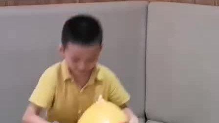 弟弟玩气球