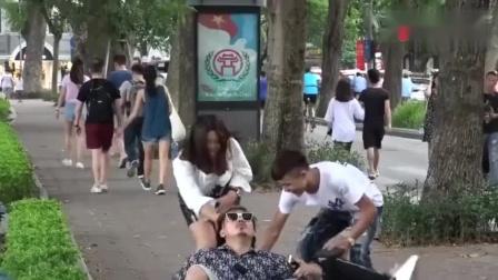 """国外爆笑街头恶搞听见""""砰""""的一声两小伙倒地,路人太搞笑了"""