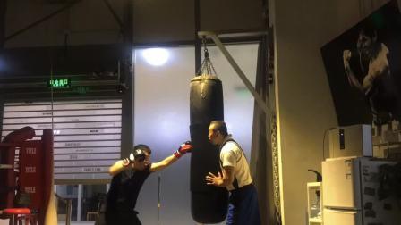 拳击初学者直拳上勾拳打沙袋MARK BOXING北京拳击刘教练2.19.11.17陈光宇