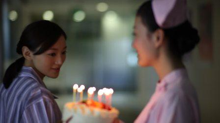 s006实拍护士病患生日蛋糕生日