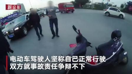 监拍:电动车肆意闯红灯 结果下一秒撞上劳斯莱斯悲剧了