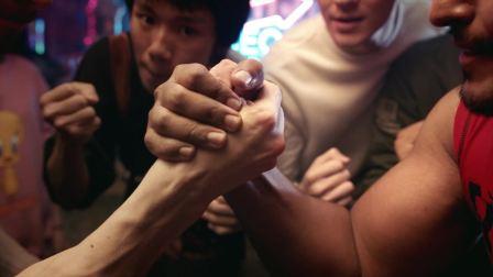 两个肌肉哥掰腕子看块头势均力敌 你猜谁能赢