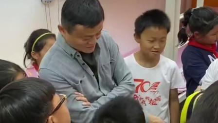 """马老师又玩""""空降""""啦?刚参加完互联网大会的他,昨天现身马云乡村寄宿制学校计划试点学校,还和孩子们聊起来了呢"""