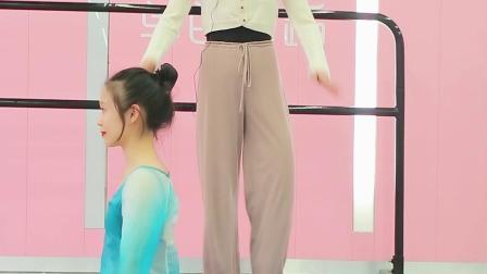 雪雪老师教大家《双腿过肩翻》