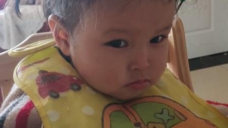 宝宝自己抓的发型