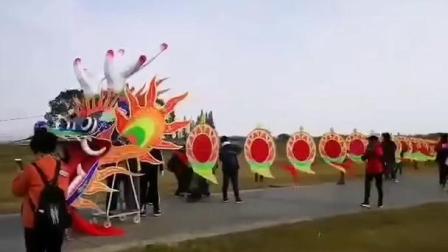 200米长的巨型风筝飞向天空,十三个人拉不住.mp4