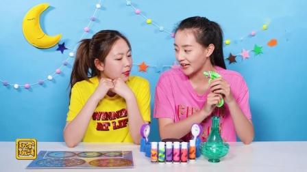 玩个玩具两位姐姐很漂亮,在一起玩玩具,真是太好看了