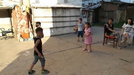 张函睿和小伙伴跳绳20170729