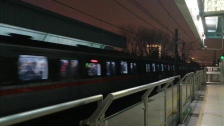 上海地铁1号线157号车莲花路站下行进站(莘庄站方向)