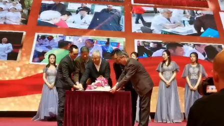 黑龙江木兰中德骨科医院2020迎新晚会-70岁以上的家人及院长共切生日蛋糕