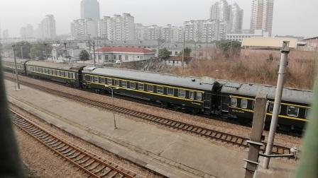 上局沪段SS80087牵引T82次(南宁—上海南),莘庄地铁站2道快速通过