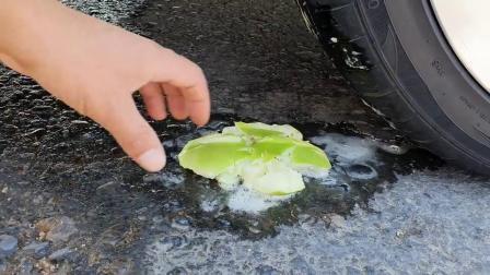 牛人把苹果放到车轮下面,实在是太减压了,好过瘾啊