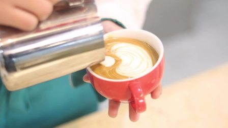 优美西点学员制作咖啡小熊拉花