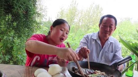 胖妹买3斤大鱼头,配上晒了180天的老酱,老爸:这菜下酒真过瘾