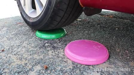 牛人驾驶小汽车碾压塑料盘!真的好减压!看着好过瘾!