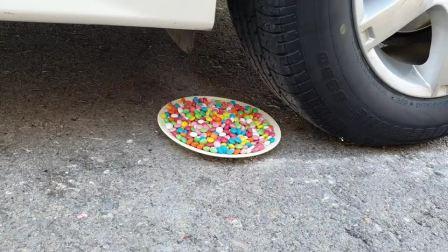 牛人把苹果放到了车轮下面,好过瘾啊,真的好减压啊!