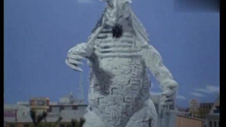 泰罗奥特曼用激光粉碎怪兽,怪兽身体炸开又恢复,有慢动作回放