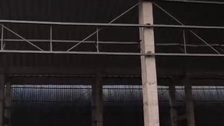 杰达钢构在水泥厂吊装拱形屋顶