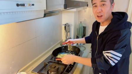 于和伟炒菜秀技能,花式颠勺一秒失败 好好吃饭 20200221