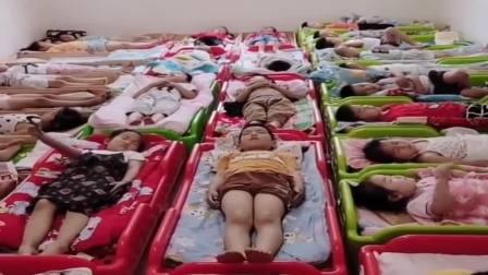 老师:睡着的小朋友举手,孩子们的操作也是没谁了,个个都很听话