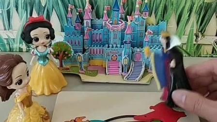 白雪拼好了恐龙拼图,王后带着白雪去吃蛋糕啦,贝尔好羡慕呀!