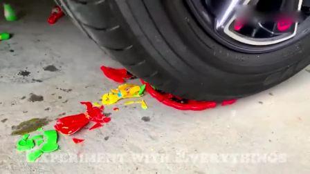 趣味实验:牛人驾驶小汽车碾压盘子玩具,勿模仿