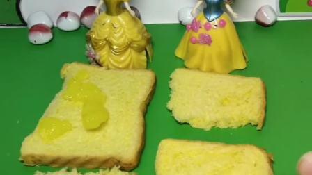 白雪对王子太好了,做了爱心面包,这是王子吃过最好吃的面包了!