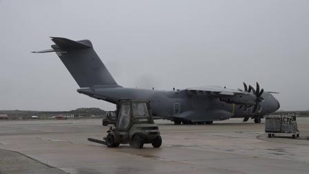 西班牙空军派遣A400M从中国运输14吨医疗物资抵达托雷洪空军基地