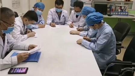 友谊路中德骨科创伤科崔喜山主任向科室医生传达病人康复期间注意事项
