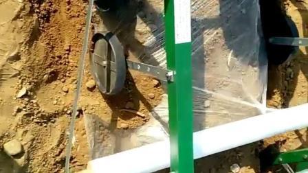 视频是商家咬定地膜机没问题图片,后继续用的视频,右边轮子脱开地膜,不能用