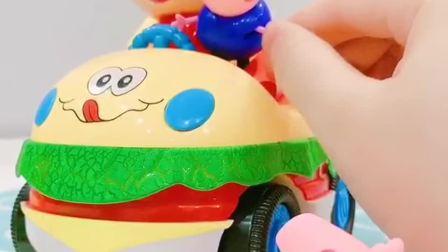 乔治叫佩奇在玩汉堡玩具,佩奇给糖果乔治吃,她们真是好姐弟!