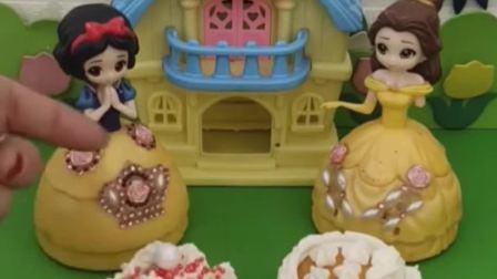 白雪和贝儿在装饰蛋糕,装饰好了就可以和王子一起玩,你会支持谁呀?