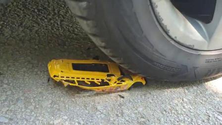 牛人把玩具公交车放在车轮下面,真的好减压啊,勿模仿!