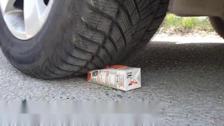 牛人把网球放到车轮下,好过瘾呀,真的好减压