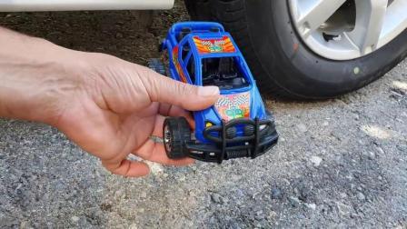 牛人把蓝色的越野车放到了车轮下面,请勿轻易模仿,真的好减压啊!