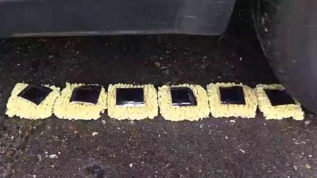 牛人把三明治放到车轮下,油门一踩,强迫症表示很过瘾!