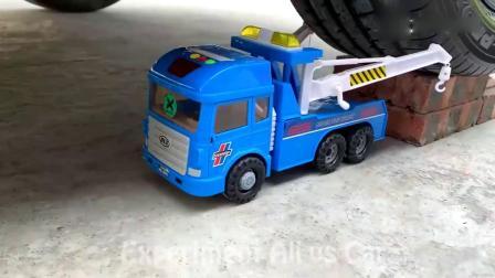 牛人驾驶小汽车碾压小卡车玩具,请勿轻易模仿!
