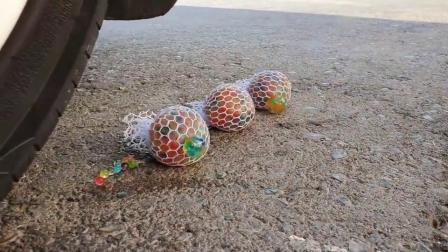 牛人把海洋球放在车轮下!实在是太减压了!看着好过瘾!