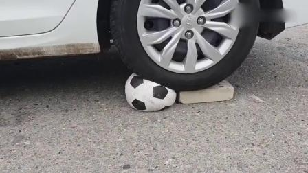 牛人驾驶小汽车碾压足球,看着就过瘾
