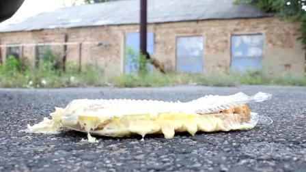 减压实验:牛人把冰激凌、面包、果酱放在车轮下,好减压,勿模仿