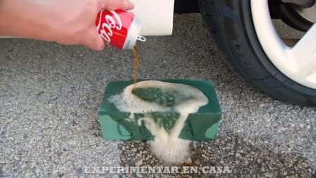 减压实验:牛人把玩具、瓶子、海绵放在车轮下,好减压,勿模仿