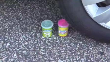 牛人把奥利奥饼干牙膏放到车轮下,请勿轻易模仿!挺减压的