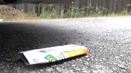 牛人把巧克力饼干放到车轮下面,实在是太减压了,好过瘾啊