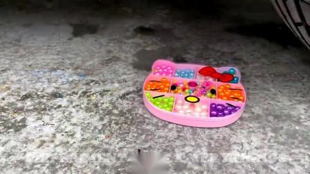 牛人把饼干放到车轮下面,实在是太减压了,好过瘾啊