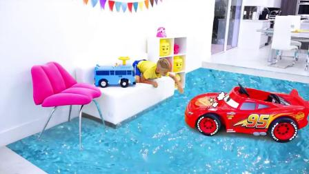 哥哥和玩具小汽车遇到困难需要帮助萌娃小可爱前去帮忙小家伙们可真会玩呢