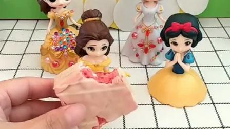 小贝尔有个草莓味小蛋糕,小雪儿看到后也想吃,白雪就去给她买