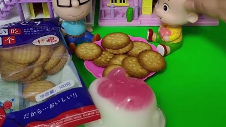 大头想要吃小头爸爸的小饼干,大头干坏事小头爸爸不让吃,你们觉得小头爸爸抠门吗?