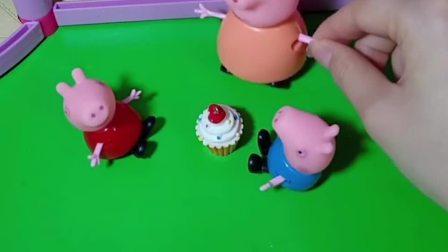 猪妈妈给佩奇买了生日蛋糕,可乔治不让姐姐吃蛋糕,乔治太不懂事了!