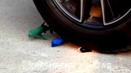 牛人把西红柿放在车轮下面,看着好过瘾,好减压呀